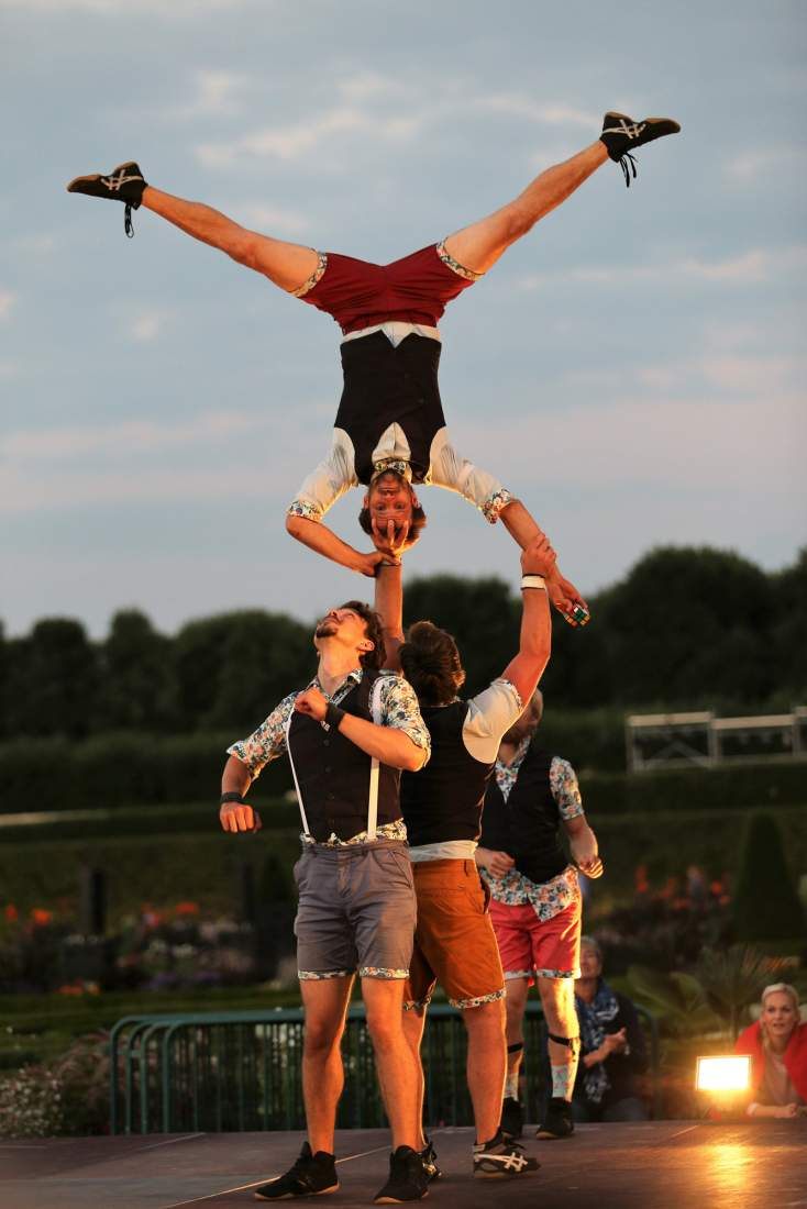 Quatuor stomp Rubik's cube acrobat hand to hand base flyer acrobatic circus street show